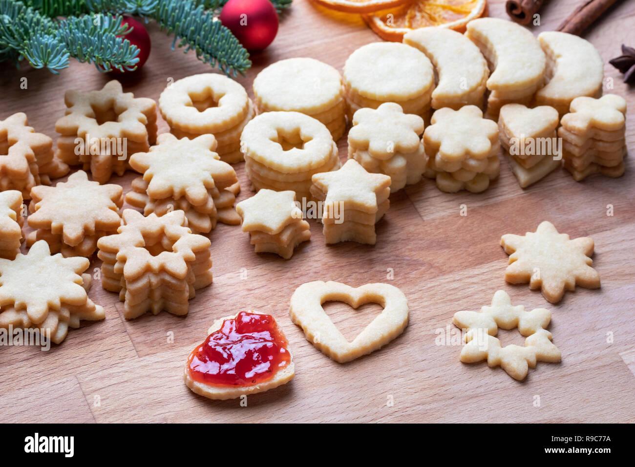 Linzer Weihnachtsplätzchen.Füllen Linzer Weihnachtsplätzchen Mit Erdbeer Marmelade Stockfoto