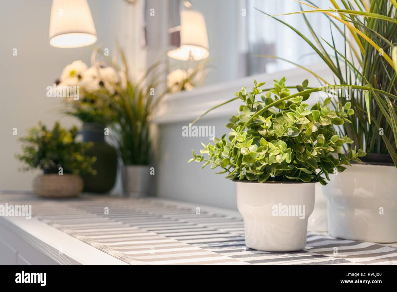 Kunstliche Blumen Vase Dekoration Im Modernen Wohnzimmer Detaillierte Der Modernen Wohnzimmer Innenausbau Mit Kunstlichen Pflanzen In Blumentopfen Stockfotografie Alamy