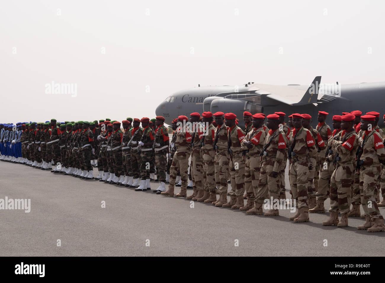 Niamey, Niger, 11. April 2018: Soldat von Niger steht Parade während der Eröffnungsfeier der Musketen 2018 Terrorismusbekämpfung Ausbildung Stockbild