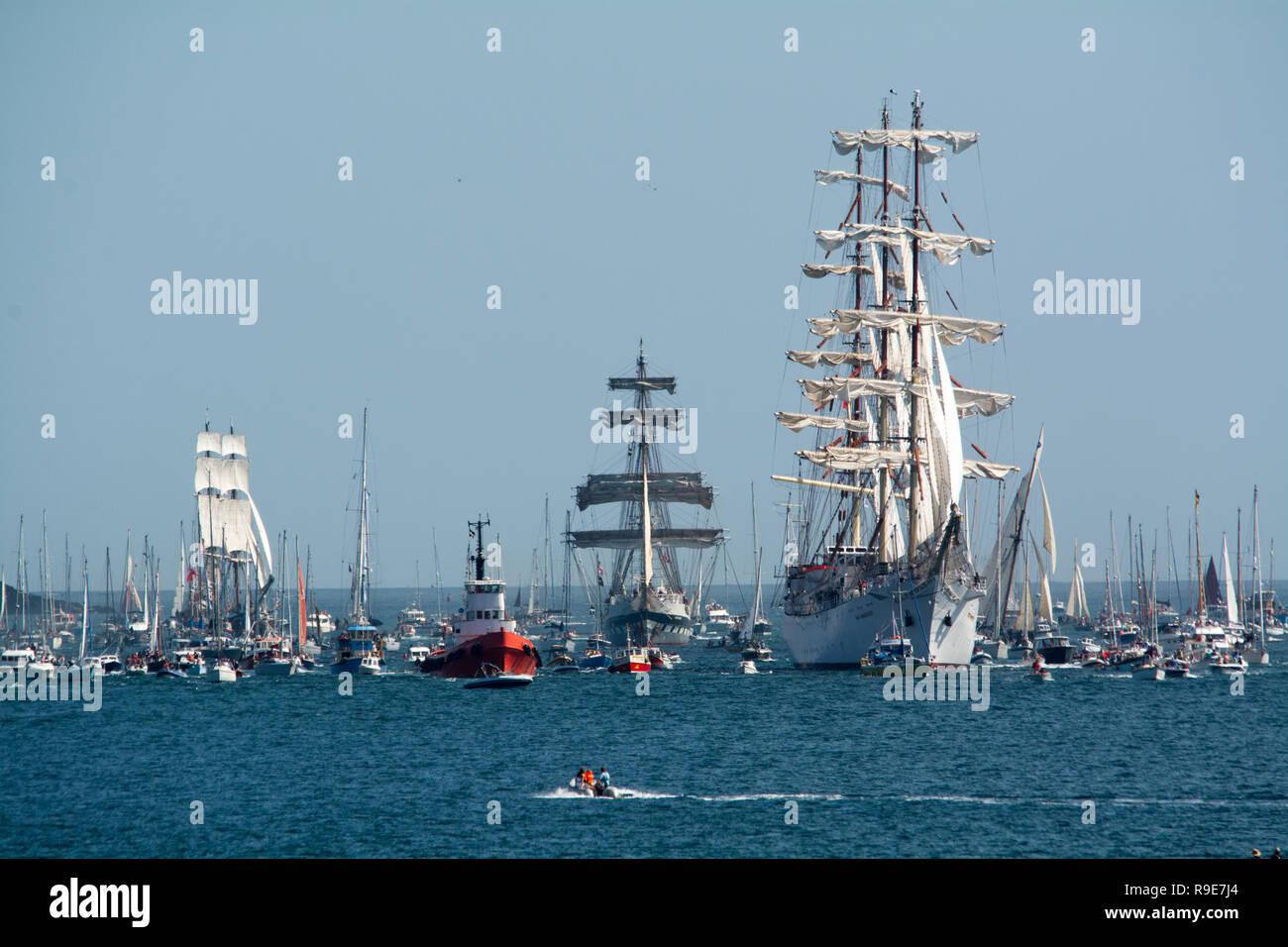 Eine Flotte von Yachten in Falmouth für die Abfahrt der Großsegler, die auf dem Weg nach Greenwich. Stockfoto