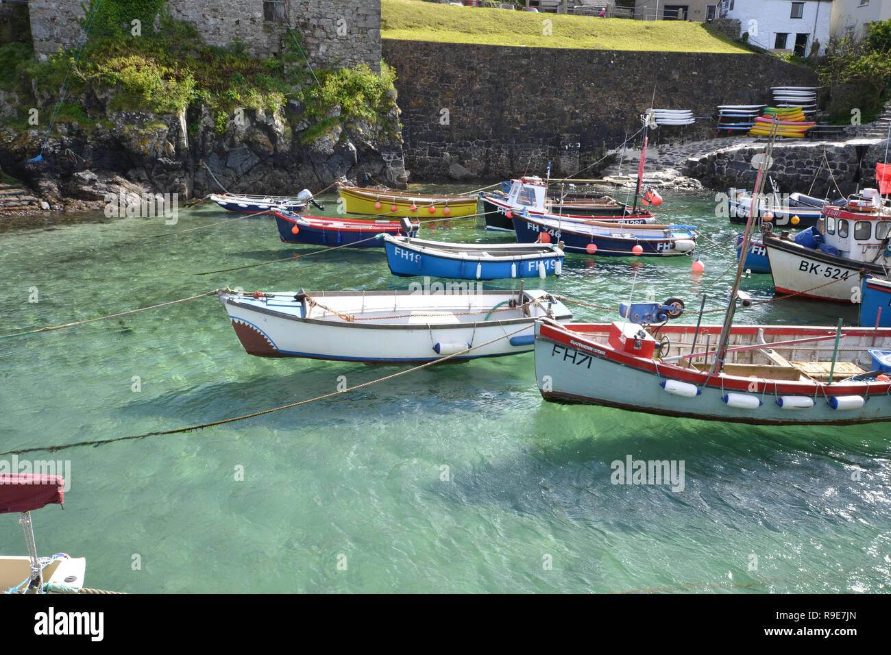 Angelegte Boote im klaren Wasser auf coverack Hafen in Cornwall. Stockbild