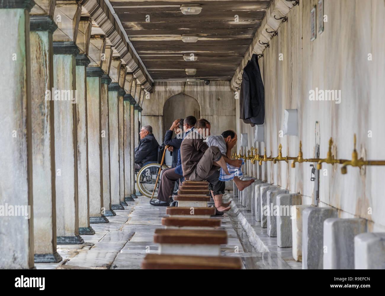 Istanbul, Türkei - vor dem Salat (Gebet), die Muslime sollen ihre Füße in einer bestimmten Toilette außerhalb der Moschee zu waschen. Stockbild