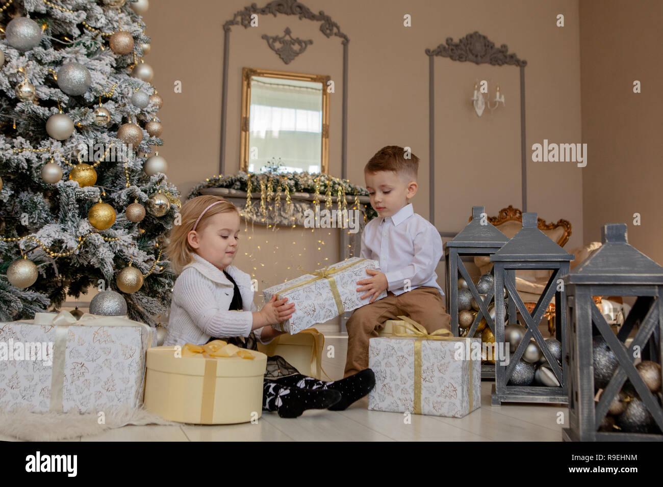 Susse Madchen Und Jungen Offnen Geschenke Kinder Unter