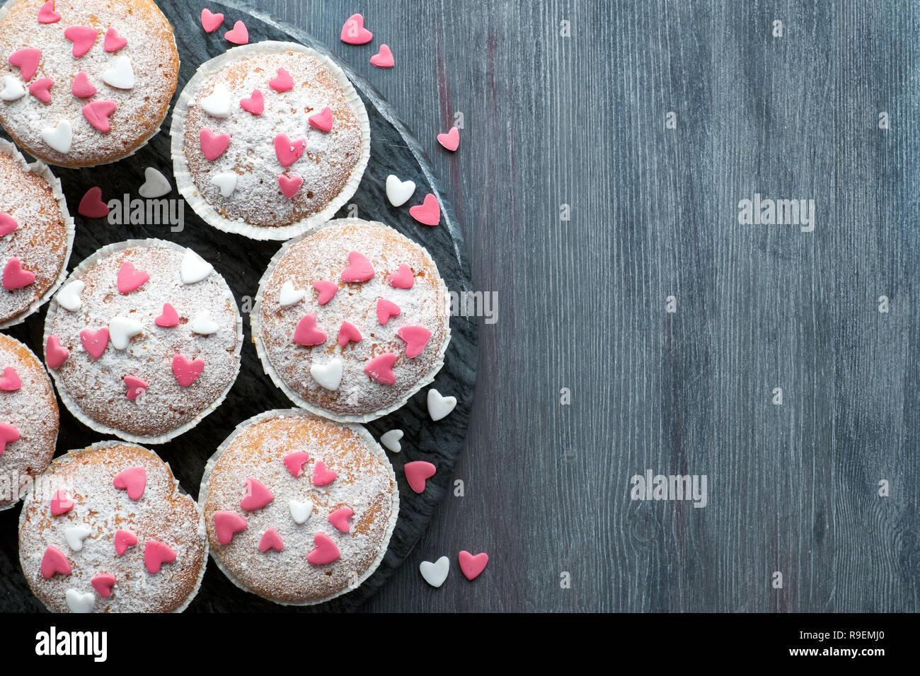 Mit Zucker Bestreut Muffins Mit Rosa Und Weissen Fondant Zuckerglasur
