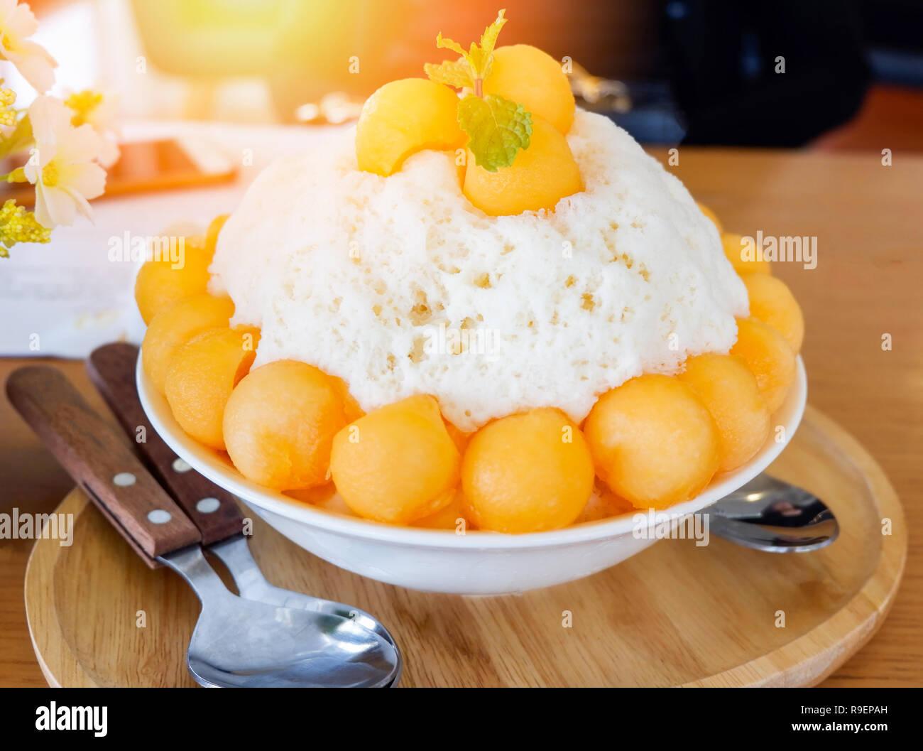 Bingsu Korea Dessert Style Bingsu Kantalupe Bingsoo Fach Auf Holz