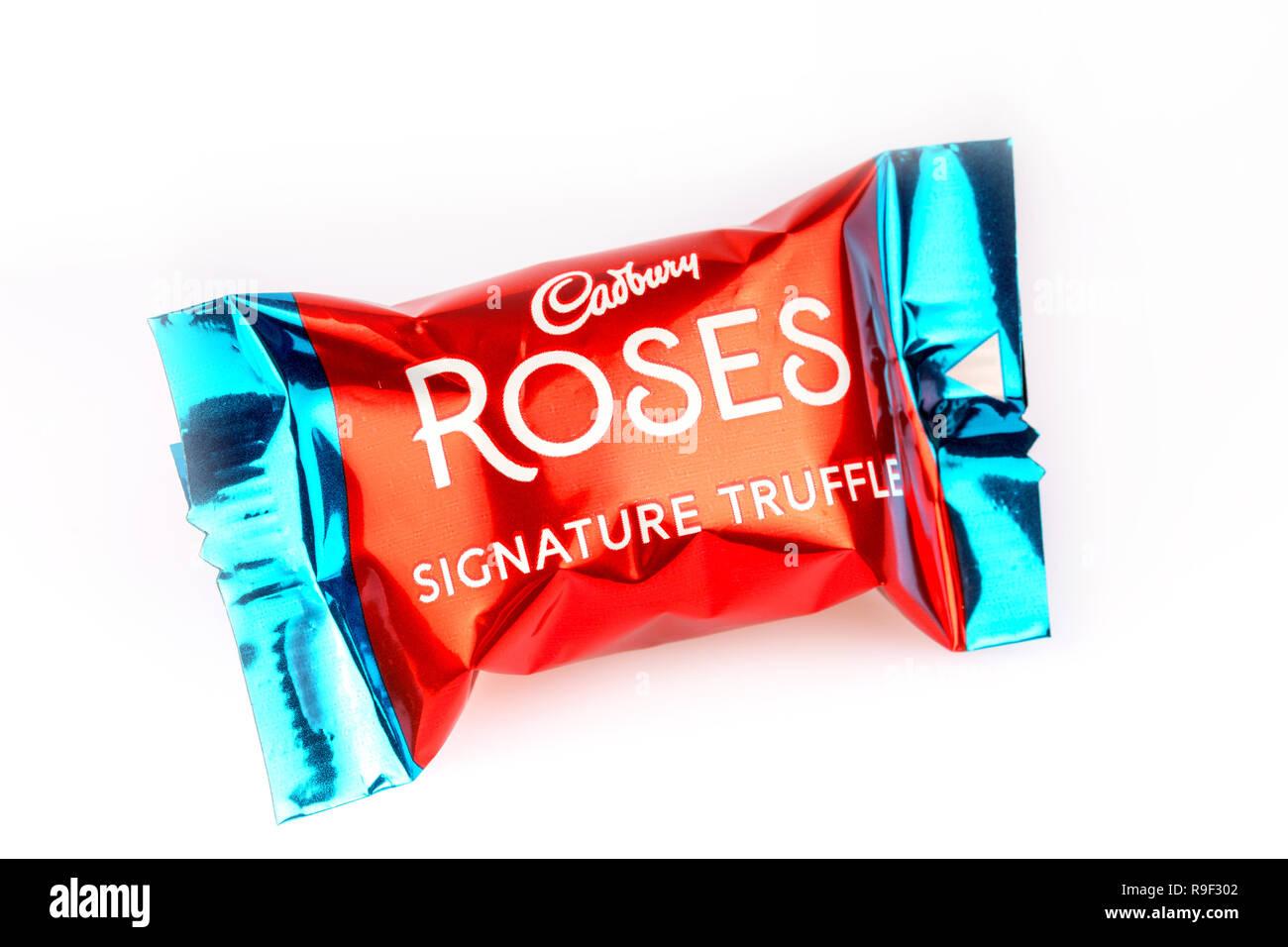 Unterschrift des Trüffel Schokolade Cadbury Roses auf weißem Hintergrund Stockbild