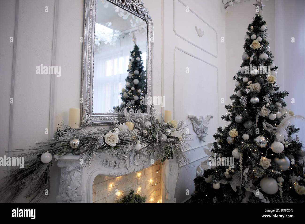 Dekorativer Kamin mit Girlanden geschmückt. Weihnachten Dekoration der house.Comfort Stockbild
