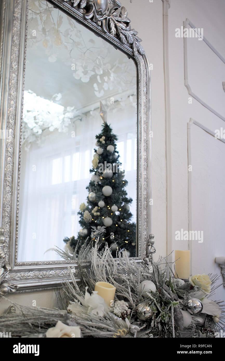 Weihnachtsbaum Spiegelbild. weihnachtliche Atmosphäre in einem hellen Zimmer Stockbild