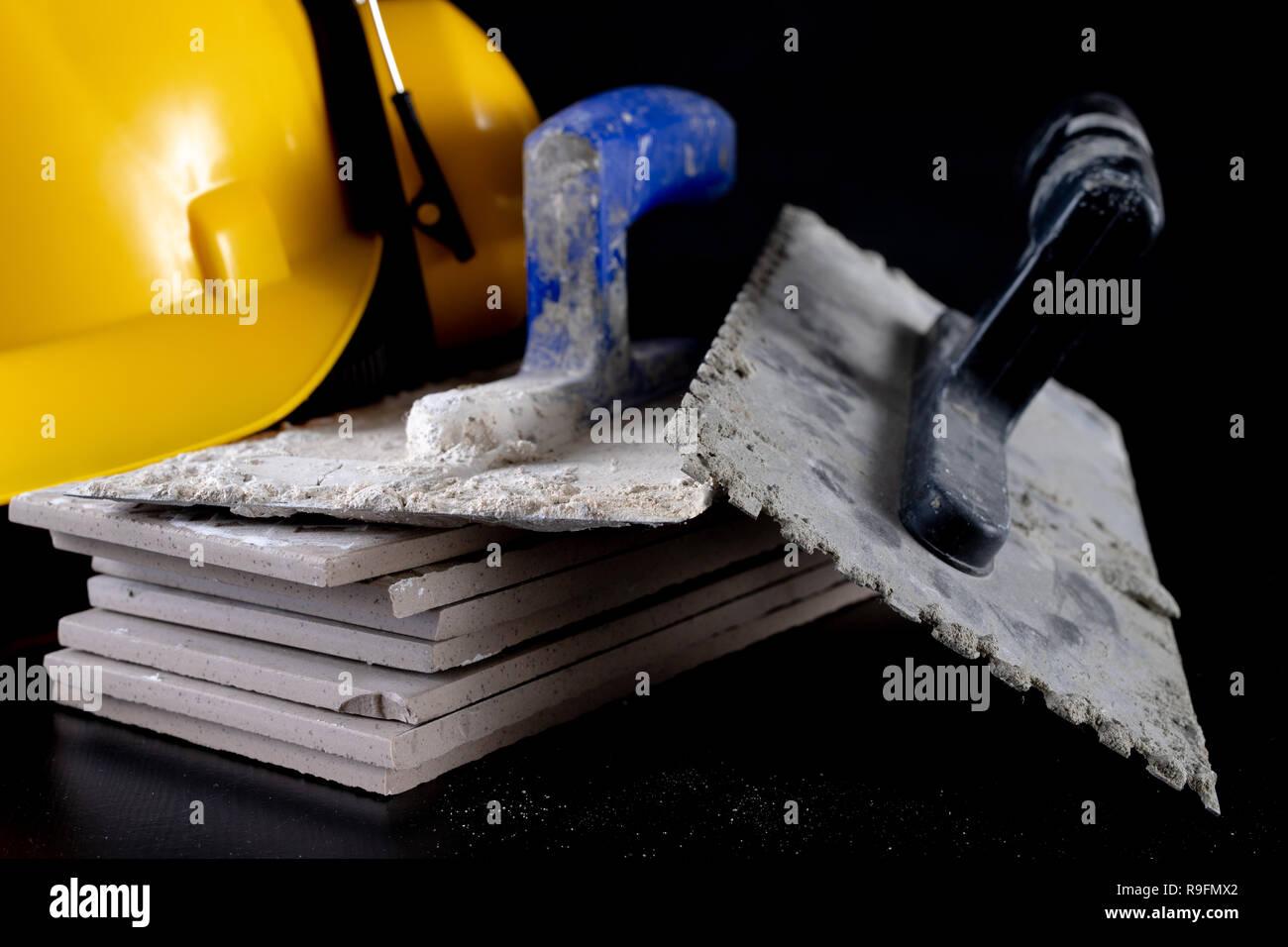 Werkzeuge Fur Die Verlegung Von Fliesen Und Einen Helm Auf Einem