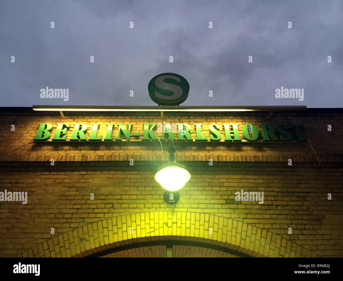 Weihnachtsmarkt Karlshorst.Berlin Deutschland 25 Dez 2018 Schild Am S Bahnhof Berlin