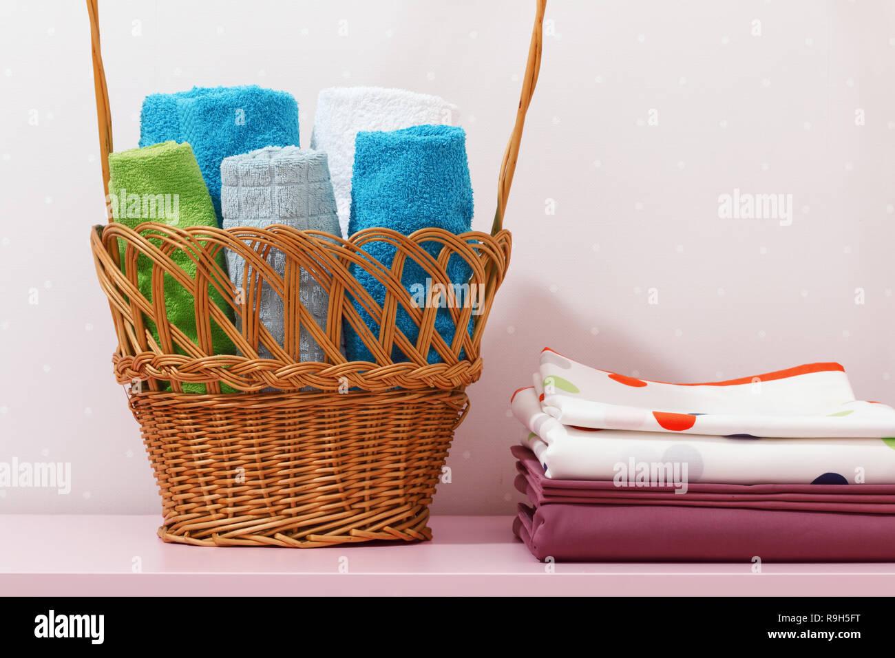 Auf Der Kommode Gibt Es Einen Stapel Sauber Gebügelte Bettwäsche Und