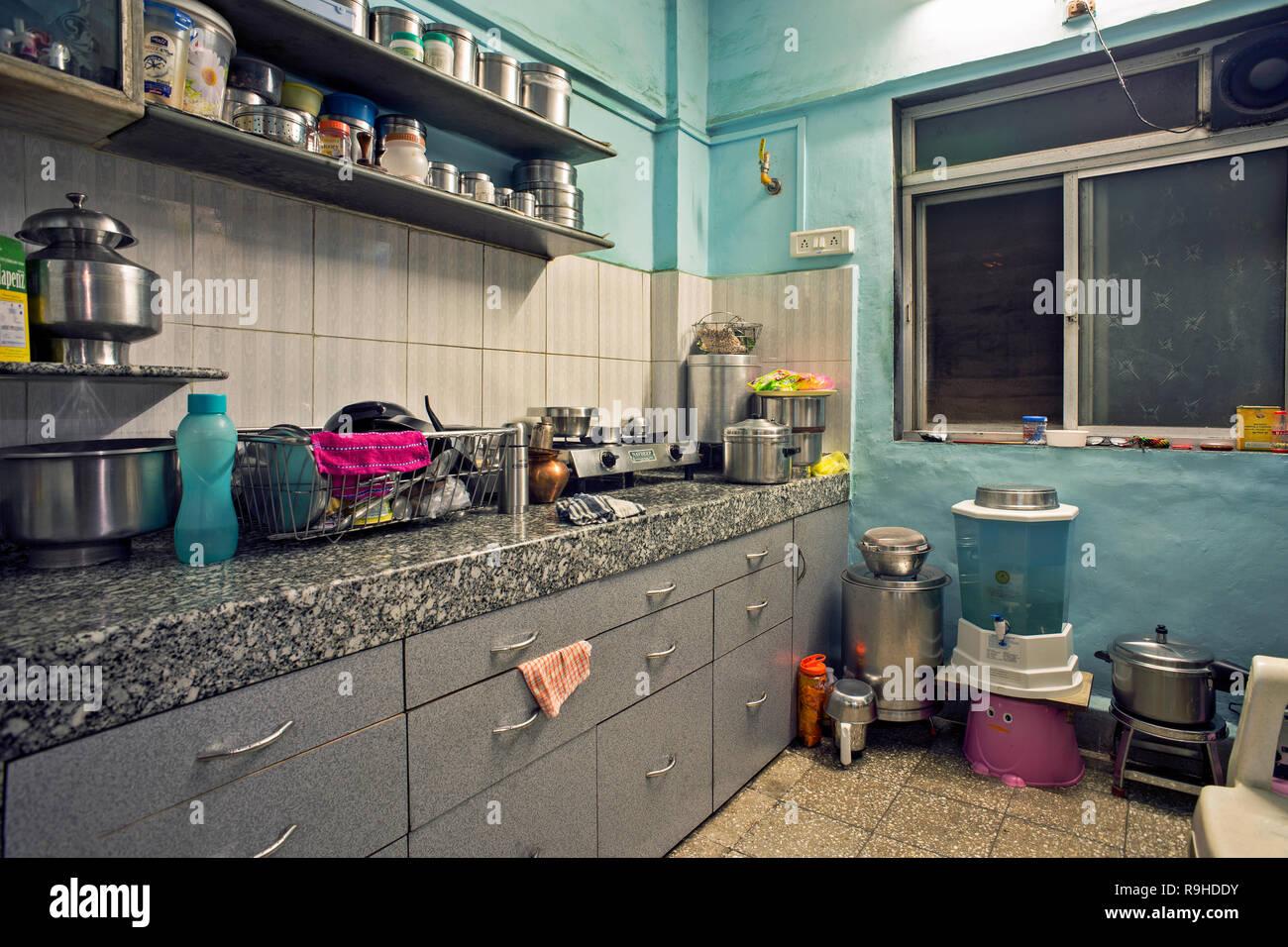 9 Apr 9 kleines Haus innen shoing Küche des Mittelstandes in ...