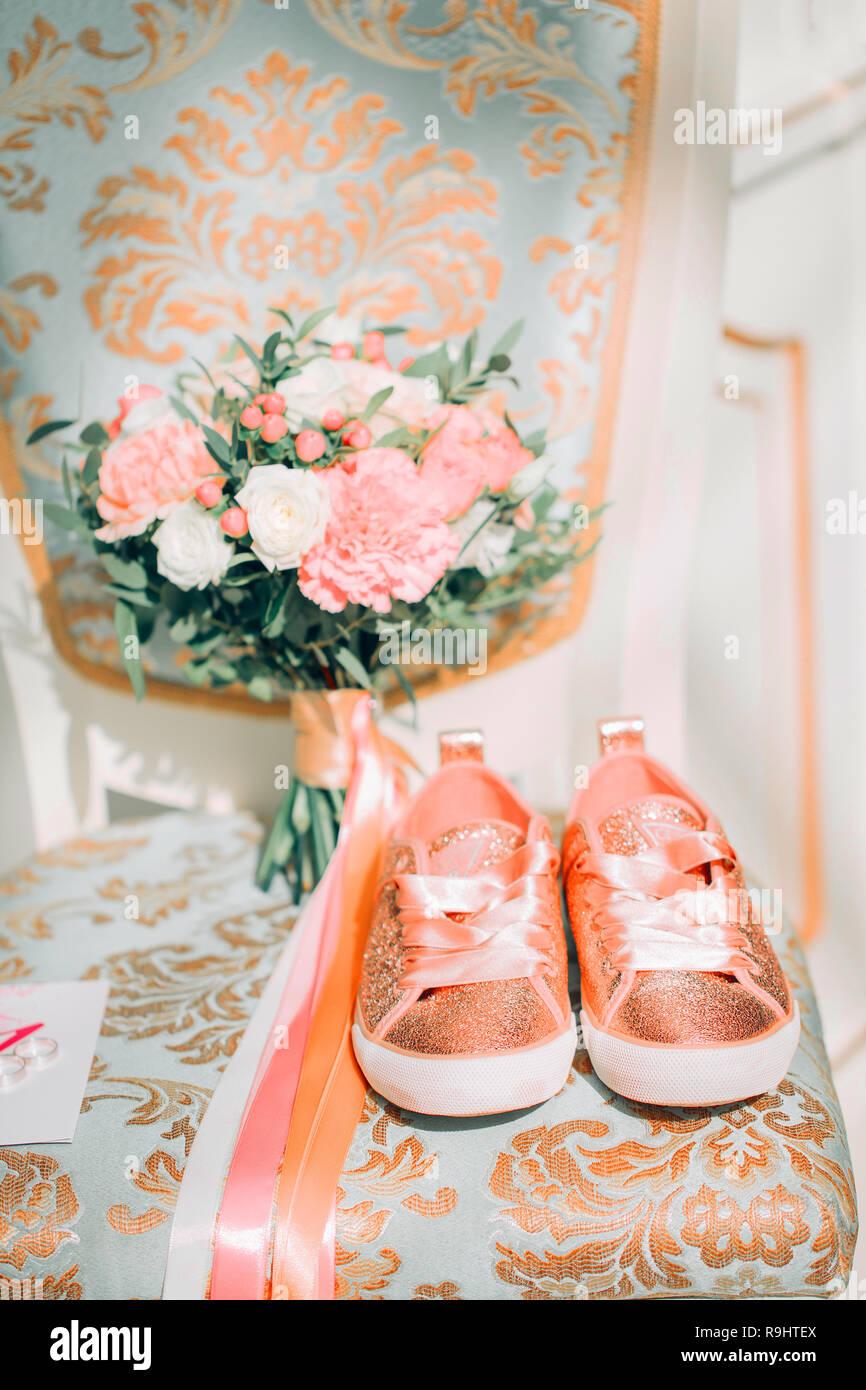 Hochzeit Blumen Brautstrauss Orange Sneakers Auf Einem Stuhl In