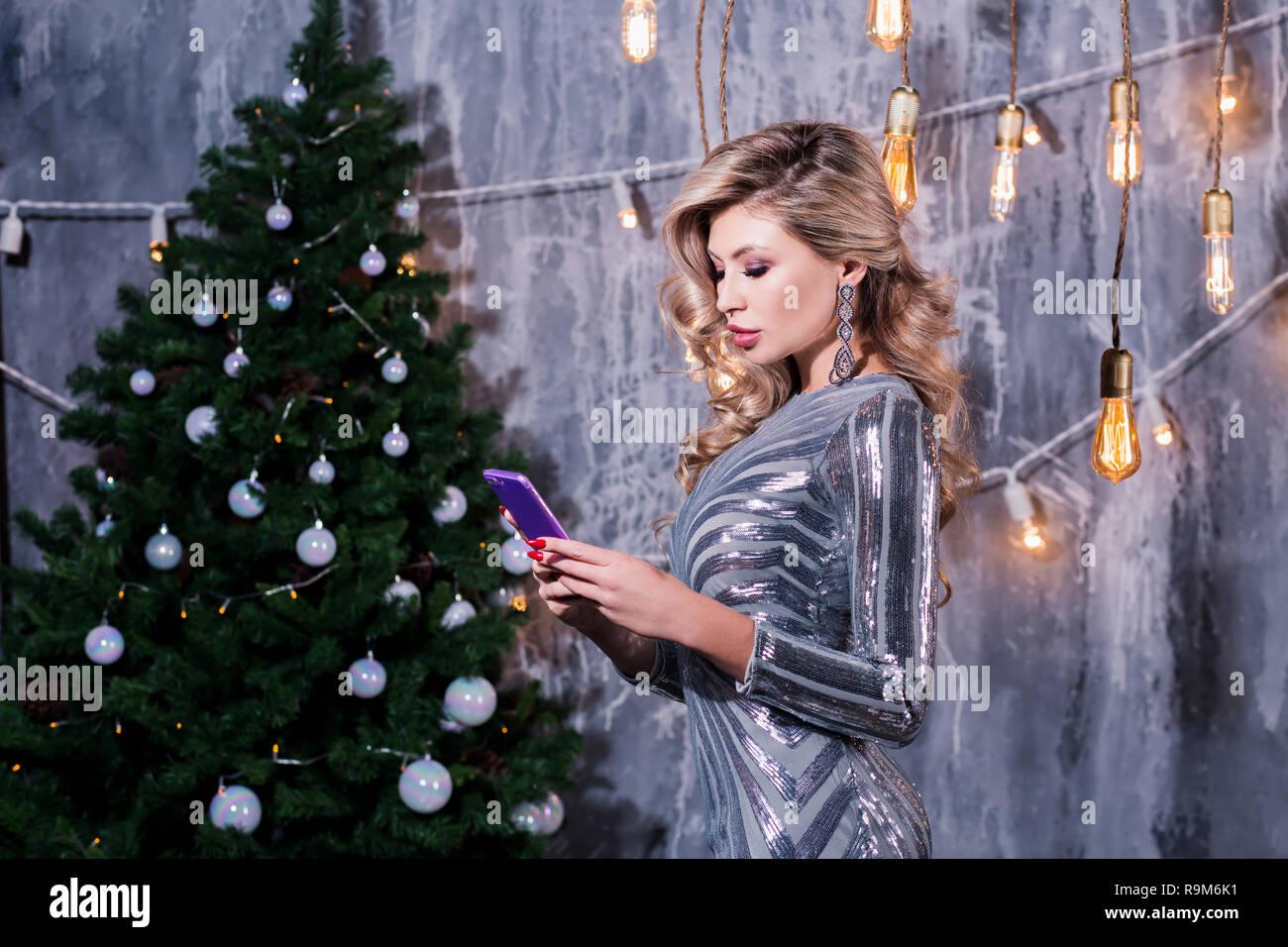 Weihnachtsgrüße Für Handys.Junge Frau Mit Handy In Loft Apartment Elegante Frau Mit Telefon Am