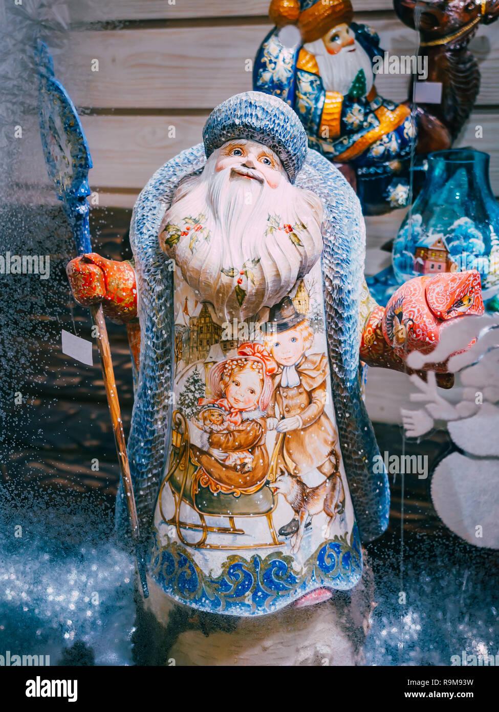 Moskau, Russland - Dezember 19, 2018: die Figur von Vater Frost Santa Claus Ded Moroz auf dem Schaufenster Weihnachtsmarkt auf dem Roten Platz in Moskau. Verkauf von Spielzeug, berühmten und beliebten Märchen Zeichen, Figuren Stockfoto