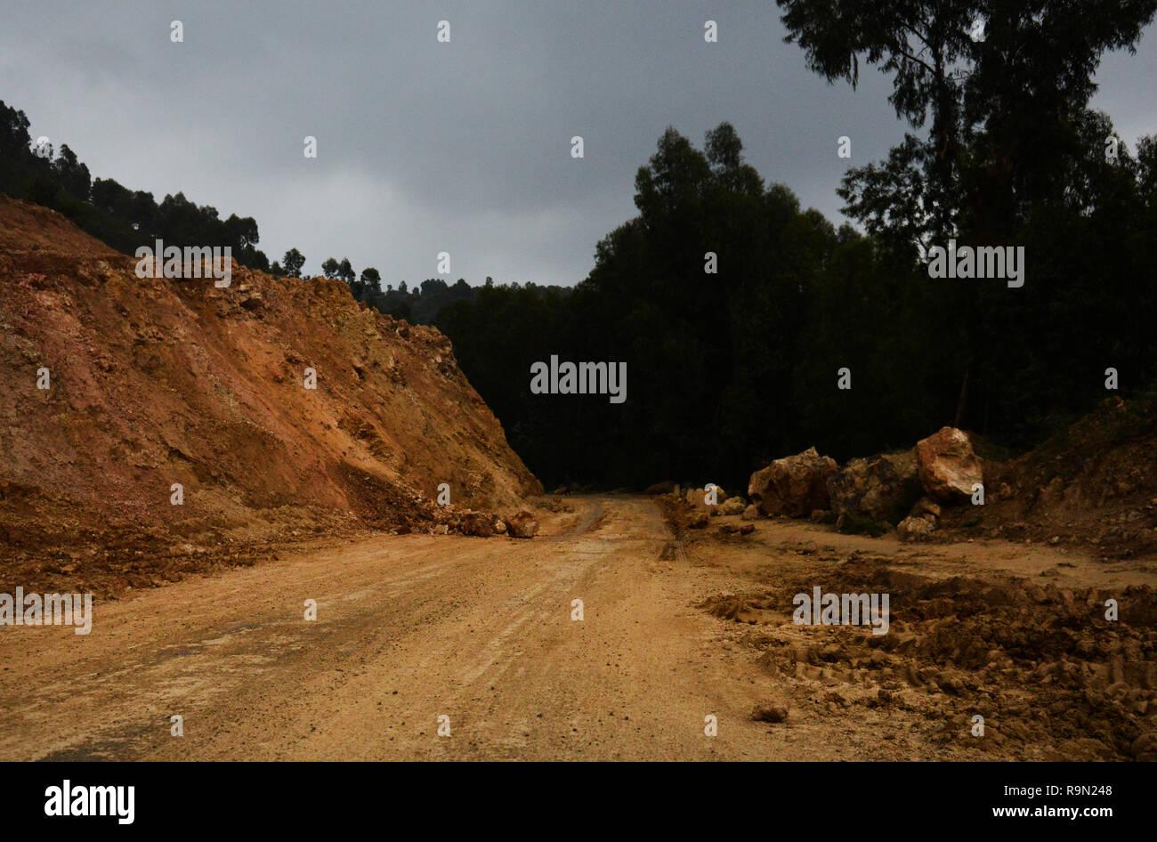 Neue gepflasterte Straßen im Bau in ländlichen Ruanda. Stockbild