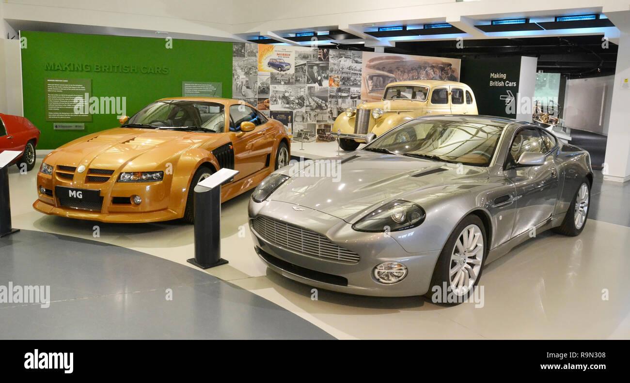 2001 Aston Martin Vanquish Und 2004 Mg X Power Sv Bei Der British Motor Museum Gaydon Warwickshire Großbritannien Stockfotografie Alamy