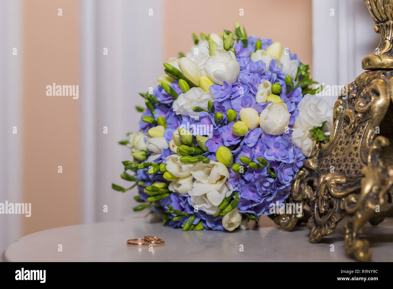 Trauringe Liegen Und Schonen Blumenstrauss Als Brautzusatze Zwei