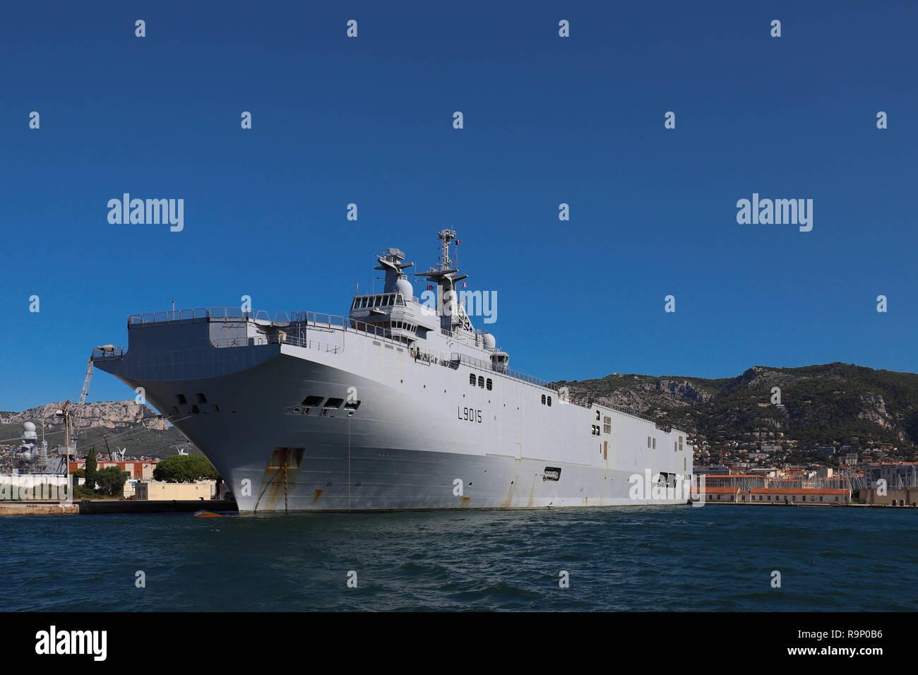 Die amphibische Landung Hubschrauber carrier Dixmude in der Französischen Marine Base am Hafen von Toulon, Frankreich angedockt. Stockbild