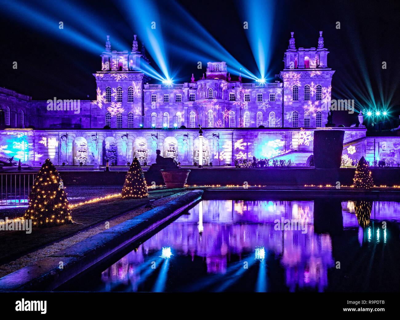 Blenheim Palace Und Wasser Terrasse Beleuchtet Mit Weihnachtsbeleuchtung  Mit Laser Show In Den Nachthimmel. Stockbild
