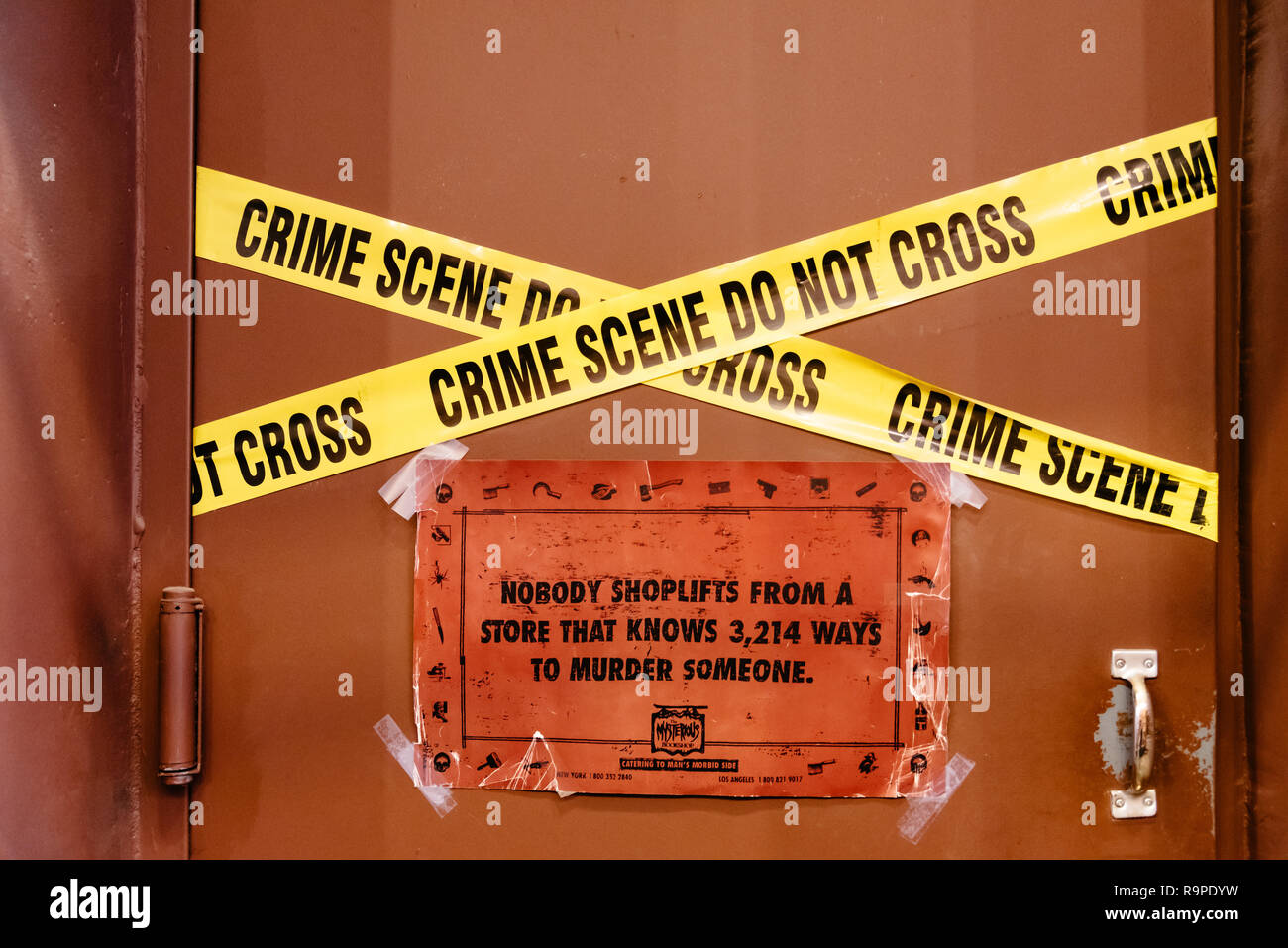 New York City, USA - 25. Juni 2018: Crime Scene Do Not Cross Tape in der Buchhandlung Warnung vor shoplifts Stockbild
