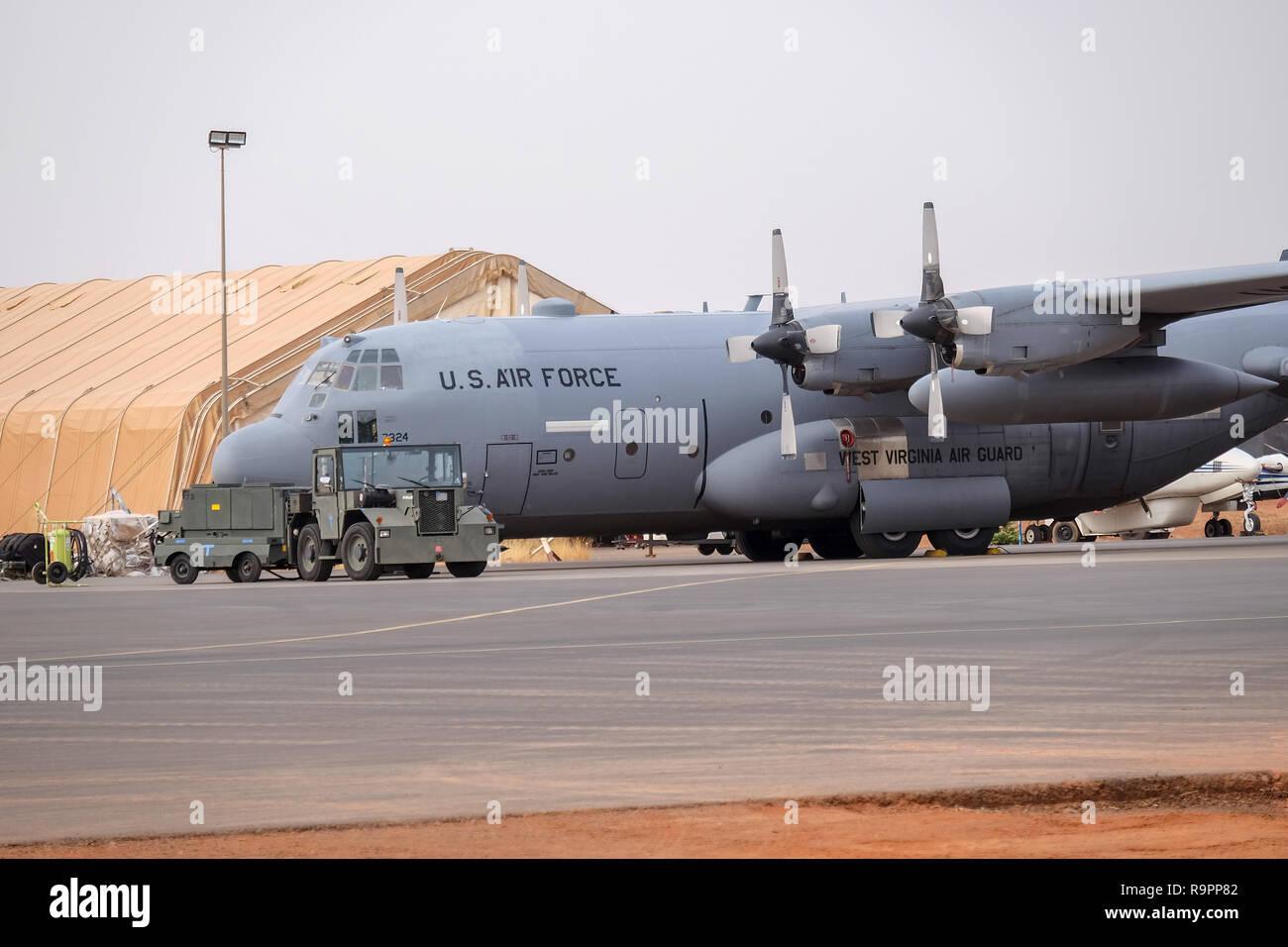 Niamey, Niger, 11. April 2018: der US-Luftwaffe USAF C-130 H-3 Hercules steht auf einem Flugplatz in Niamey, Niger, in einer Anti-terror-Support-Mitarbeiter-Rolle Stockbild