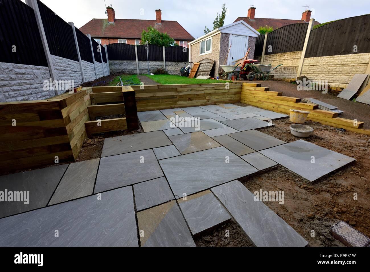 Indische Pflastersteine auf einen Garten Terrasse Garten Renovierung UK festgelegt Stockbild
