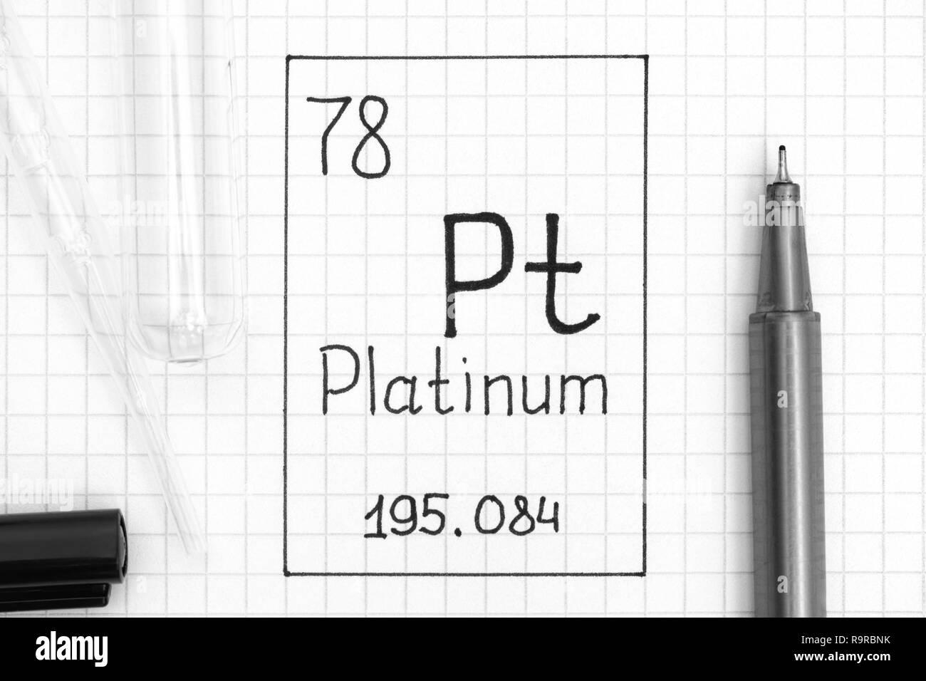 Das Periodensystem der Elemente. Handschrift chemische Element Platin Pt mit schwarzem Stift, Reagenzglas und Pipette. Close-up. Stockbild