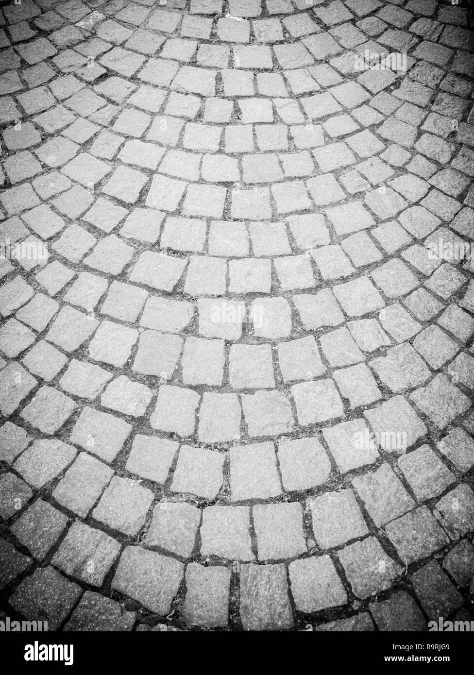 Alte Art von Straße Pflasterung, aus Lavastein Rechtecke mit einem harmonisch halbkreisförmige Struktur. Horizontale Ansicht Stockbild