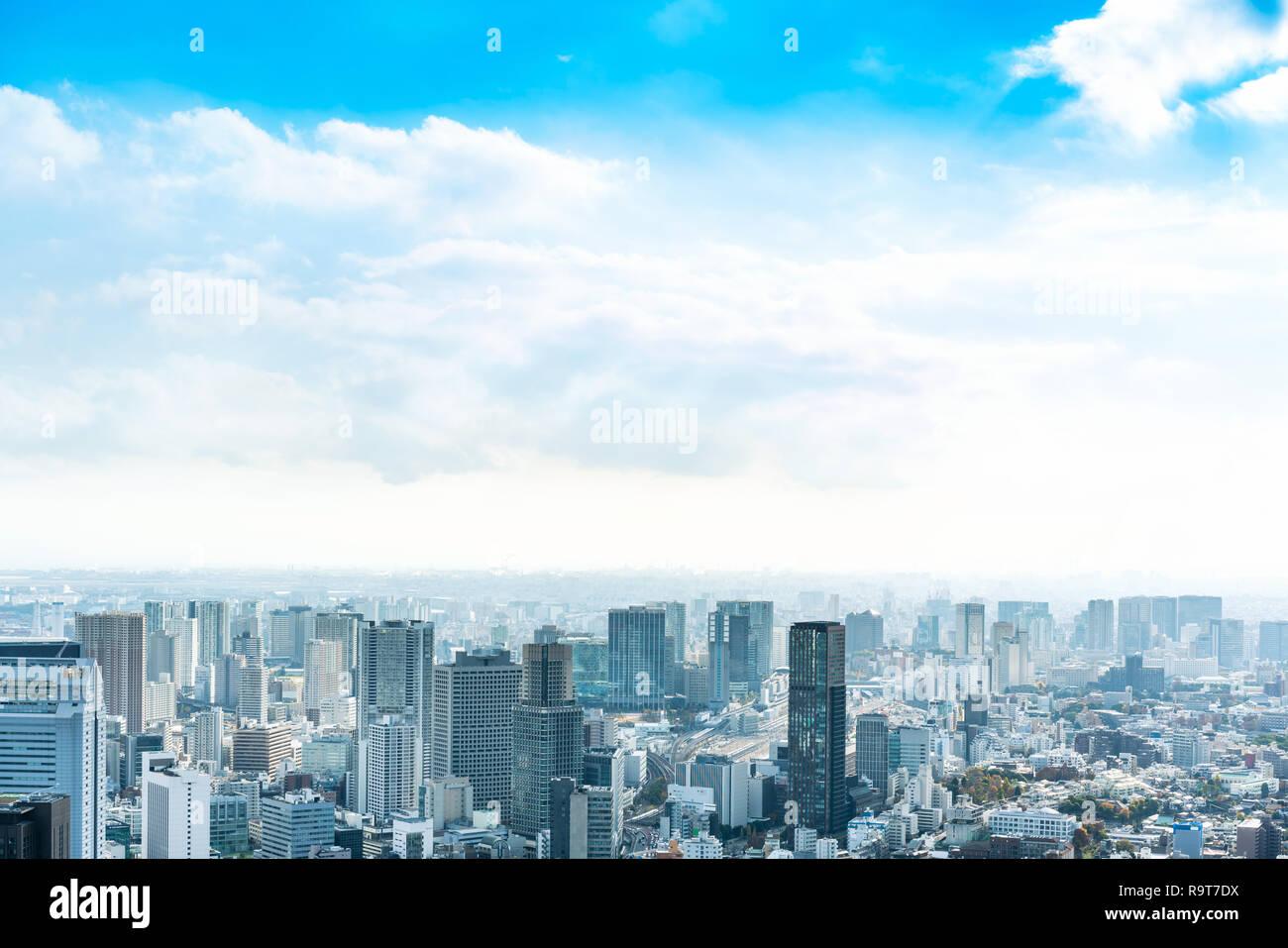 Asien Business Konzept für Immobilien und Corporate Bau - Panoramablick auf die City Skyline Luftbild unter strahlend blauen Himmel und die Sonne in Tokio, Ja Stockfoto