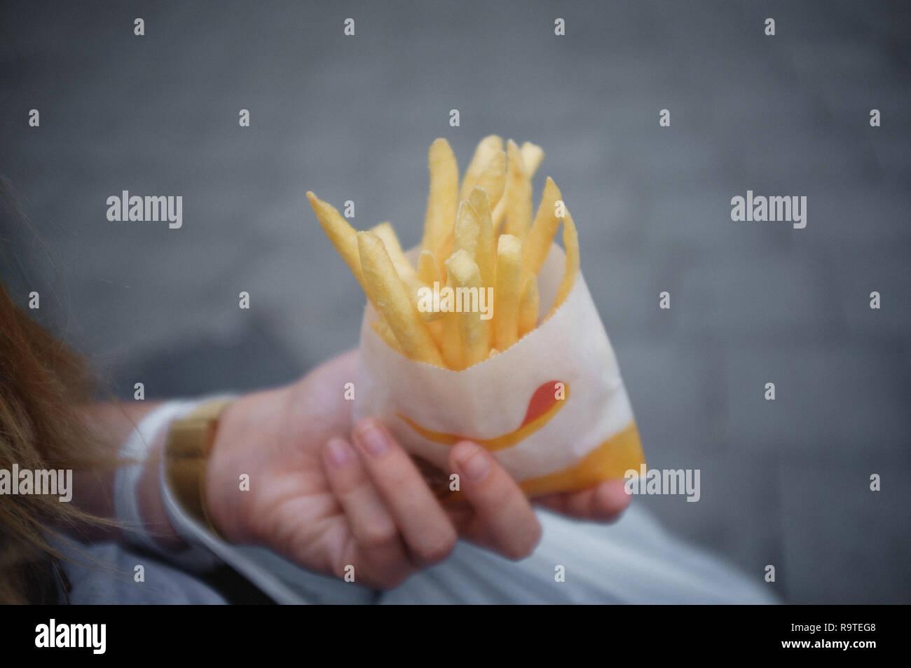 Frnech Pommes in der Hand Stockbild