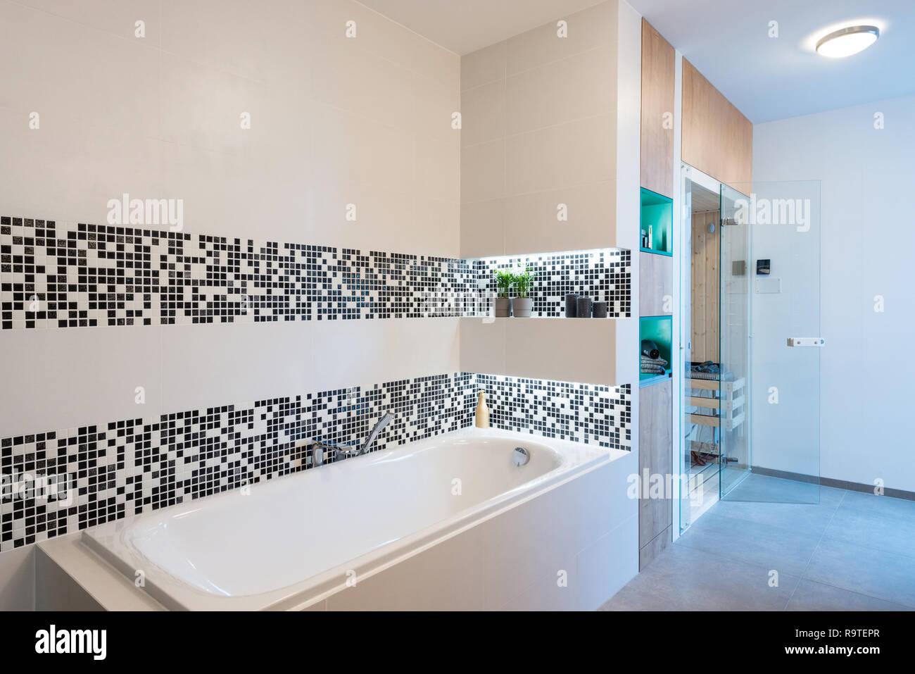 Kleine Sauna im Badezimmer der modernen Haus Stockfoto, Bild ...