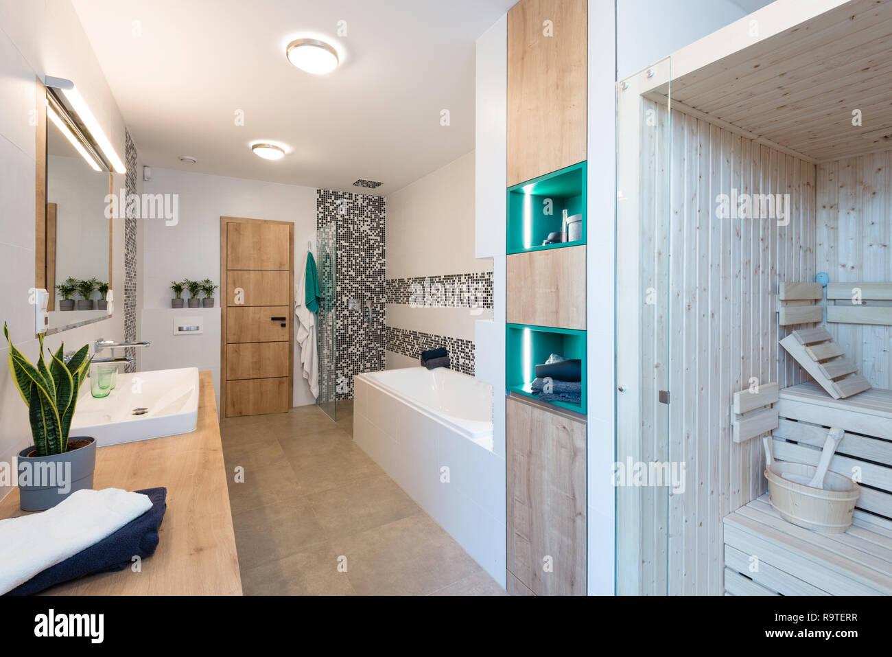 Badezimmer der modernen Haus mit kleiner Sauna, Badewanne ...