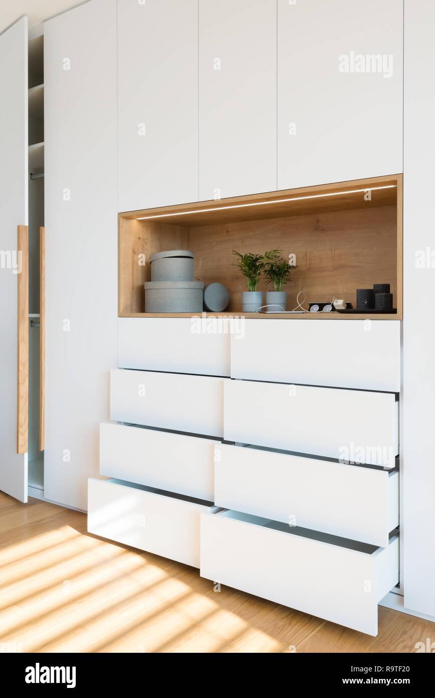 Weiß Holz- Schrank mit offenen Fachböden im Schlafzimmer des ...