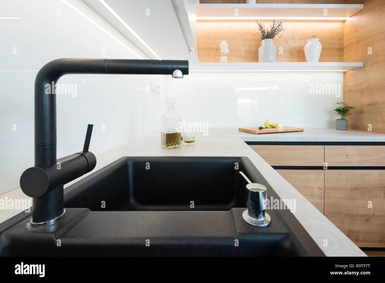 Gut bekannt Detail der schwarz Waschbecken mit Wasserhahn in der modernen UA33