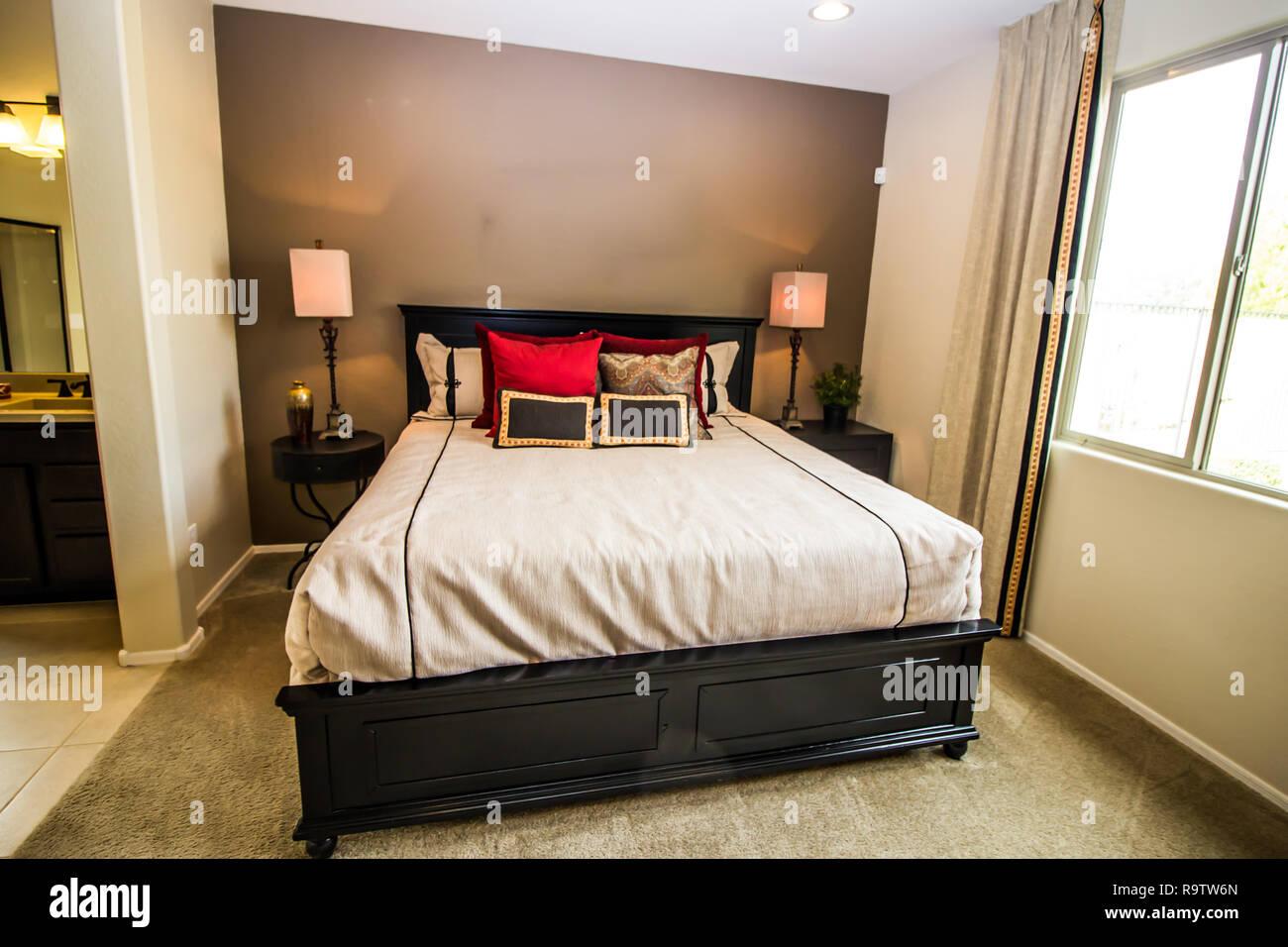 Meister der Moderne Schlafzimmer mit Bett, Lampen und ...