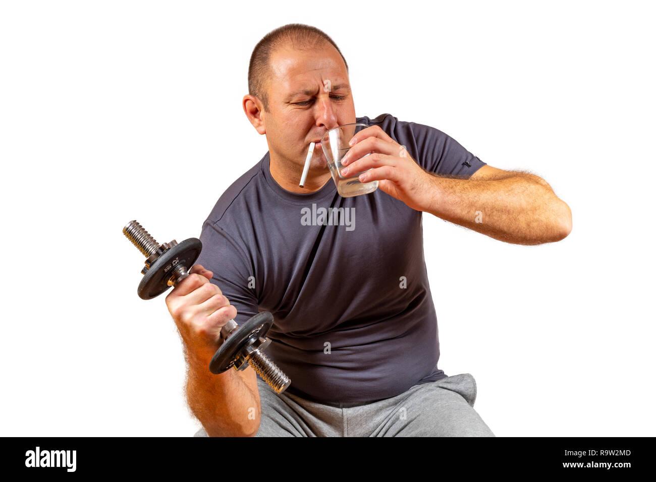 Konzeptionelle Schuß eines weißen Mannes mittleren Alters, die versuchen, Sie zu arbeiten, während Sie ein alkoholisches Getränk. Stockbild