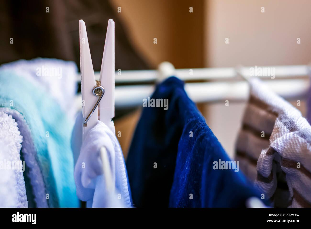 Eine Weiße Clothespin Hängt Ein Kleidung Hängt Ein Wäscheständer