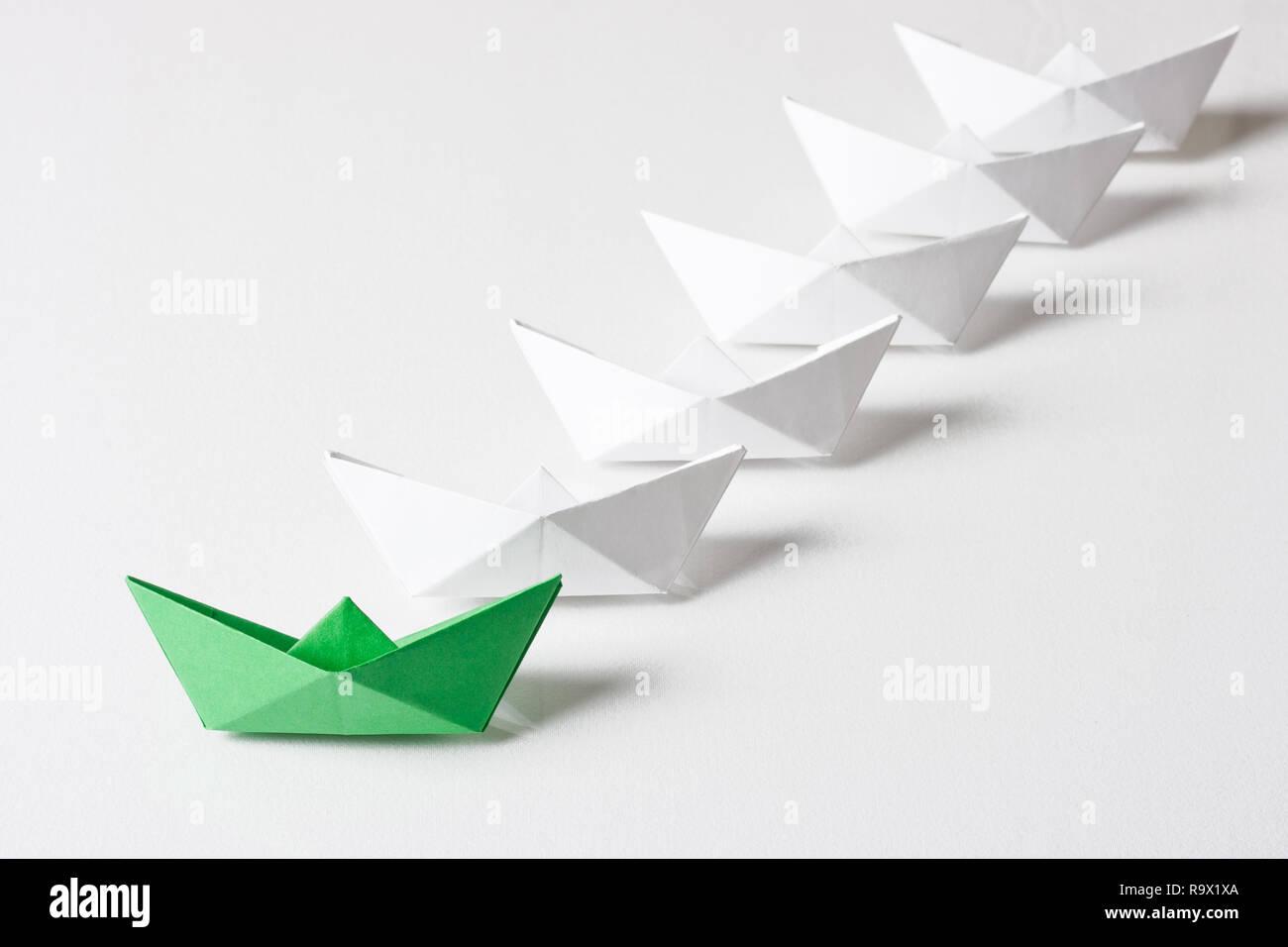 Origami Papier Schiff, Leadership Konzept Stockbild