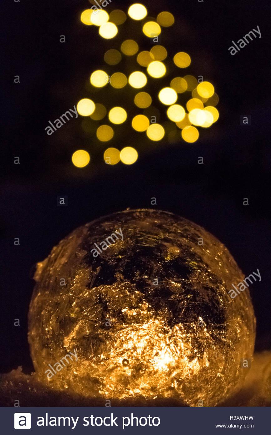 Eis Laterne leuchtet in der Nacht Stockbild