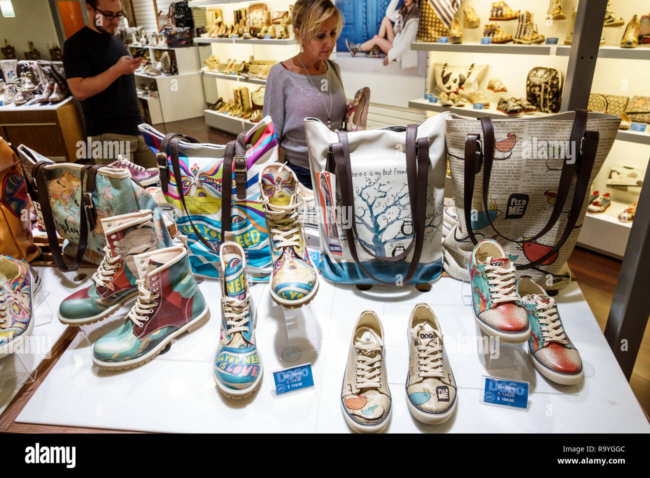 Fort Ft. Lauderdale Florida Sunrise Sawgrass Mills Mall Shopping Dogo Anzeige Verkauf Schuhe Taschen Stockbild