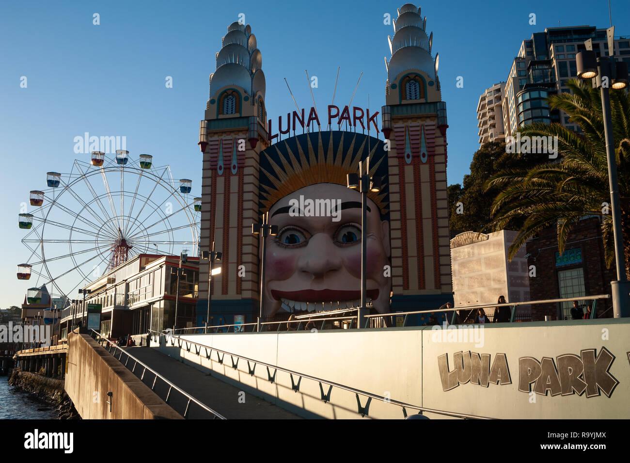 07.05.2018, Sydney, New South Wales, Australien - Ein Blick in den mit einem Gesicht verzierten Eingang zum Vergnuegungspark Luna Park und dem Riesen Stockbild