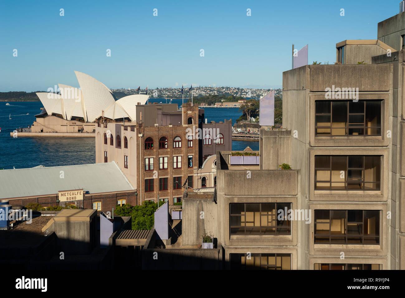 16.09.2018, Sydney, New South Wales, Australien - Ein erhoehter Blick von der Harbour Bridge in Gebaeude im Stadtviertel The Rocks und dem Opernhaus Stockbild