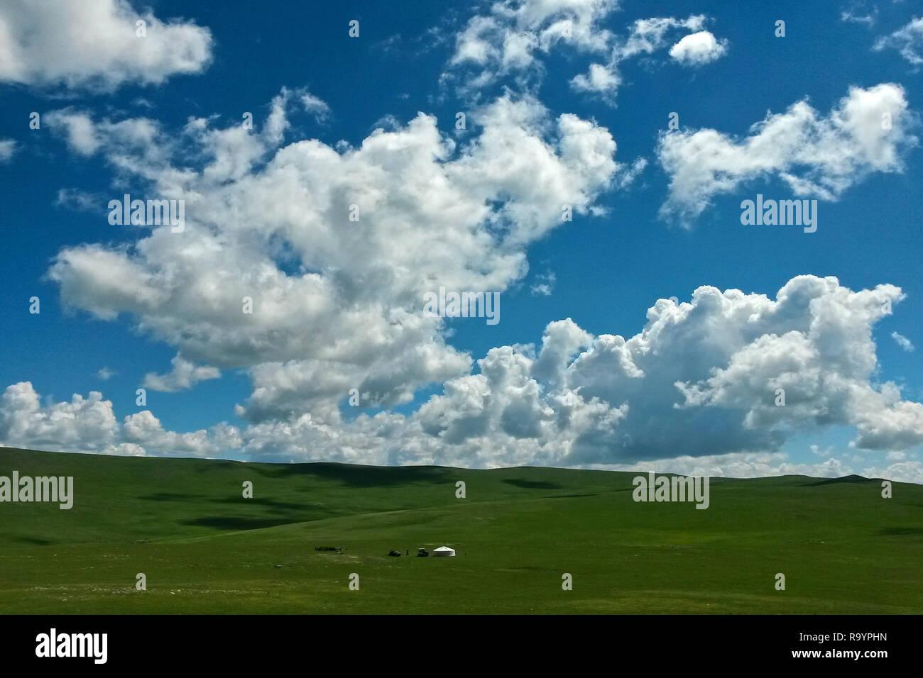 Lonely mongolische Jurte in weiten Steppen Landschaft unter herrlichen blauen Himmel, Bulgan, Mongolei Stockbild