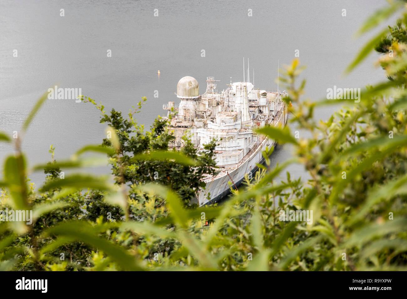 Landevennec, Frankreich. Zwei Armee Boote am Schiff Friedhof (Cimetiere de Bateaux) in der Nähe der Ile de Terenez Insel Stockbild