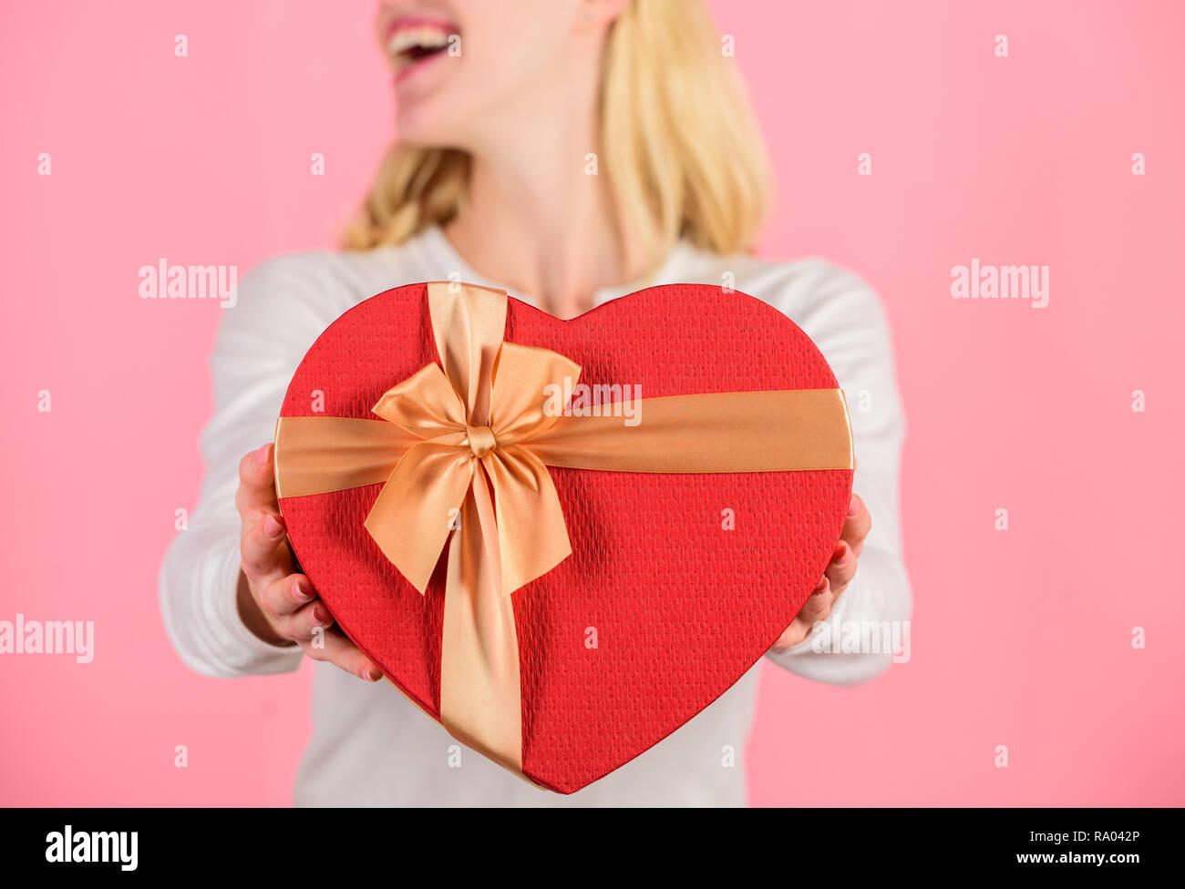 Romantische überraschung für freund zu hause