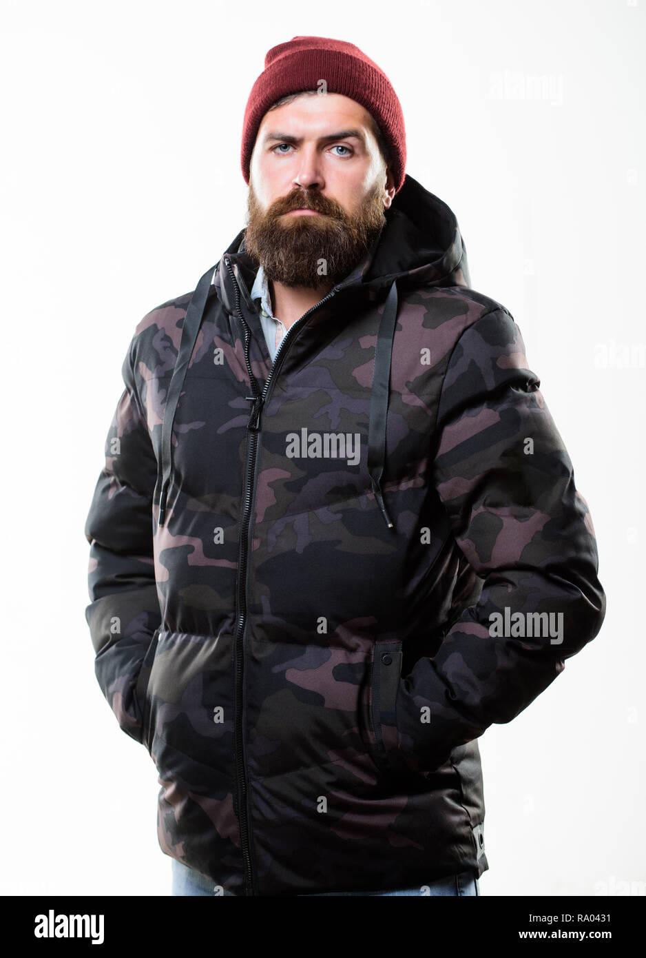 4be46261cdc7 Winter stilvolle Herrenmode. Man bärtige stand warm Tarnmuster Jacke Parka  auf weißem Hintergrund. Hipster