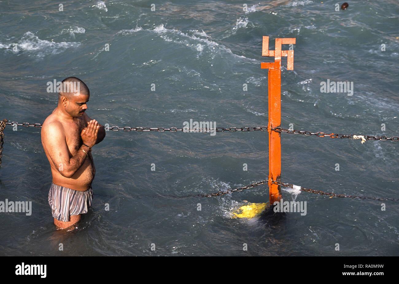 13.03.2010, Haridwar, Uttarakhand, Indien, Asien - Ein glaeubiger Hindu betet waehrend des religioesen Hindufestes Kumbh Mela im heiligen Fluss Ganges Stockbild