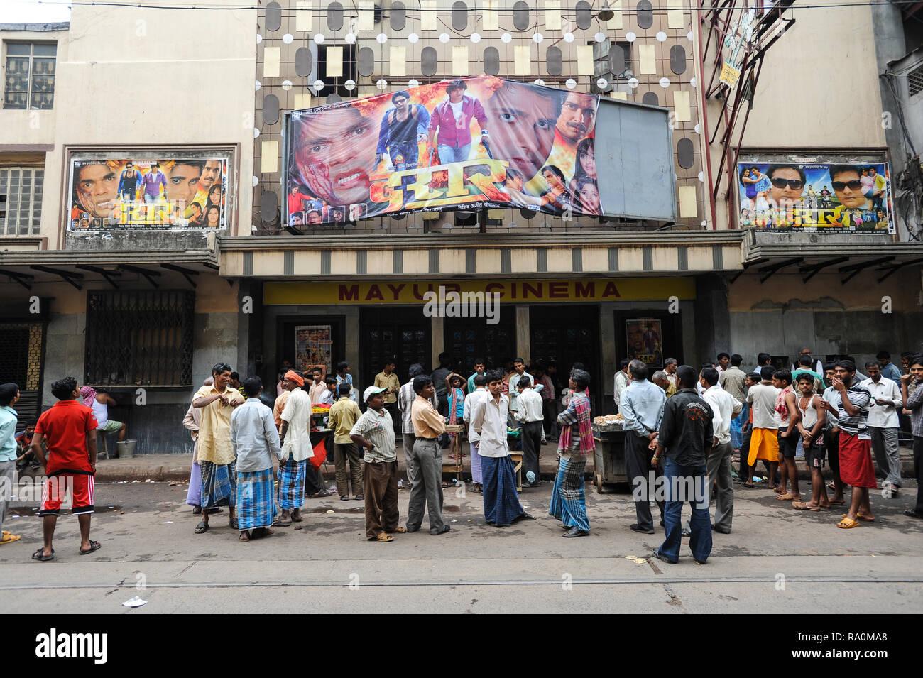 20.02.2011, Kolkata, Westbengalen, Indien, Asien - eine grosse Gruppe von Indern wartet vor dem Eingang des Kinos auf den Beginn. 0 SL 110220 D007 CARO Stockbild
