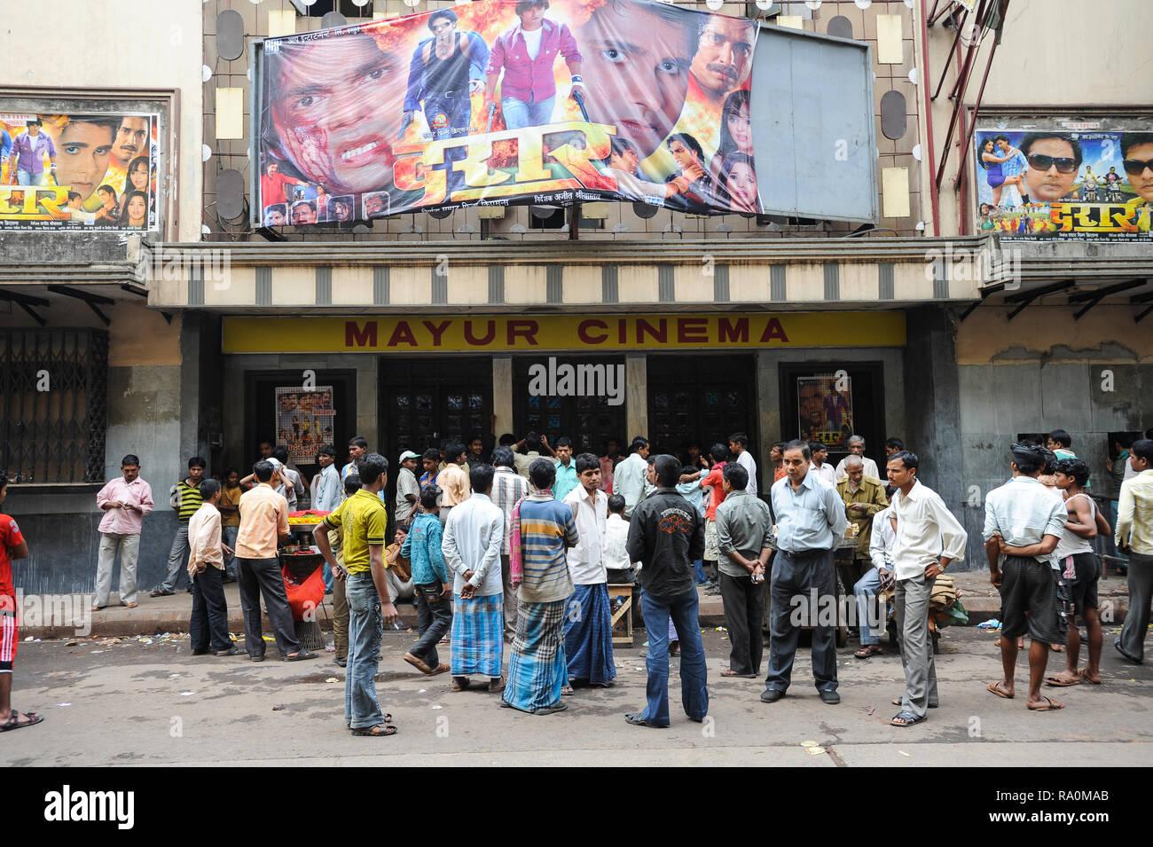 20.02.2011, Kolkata, Westbengalen, Indien, Asien - eine grosse Gruppe von Indern wartet vor dem Eingang des Kinos auf den Beginn. 0 SL 110220 D008 CARO Stockbild